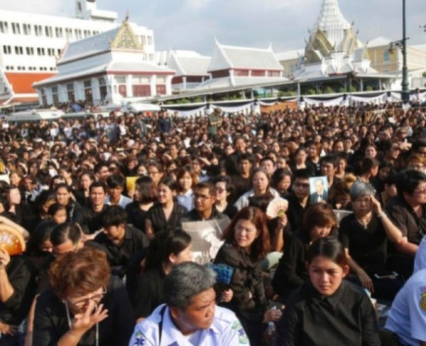 泰王駕崩:偏遠農戶不惜賒借 遠赴曼谷致哀