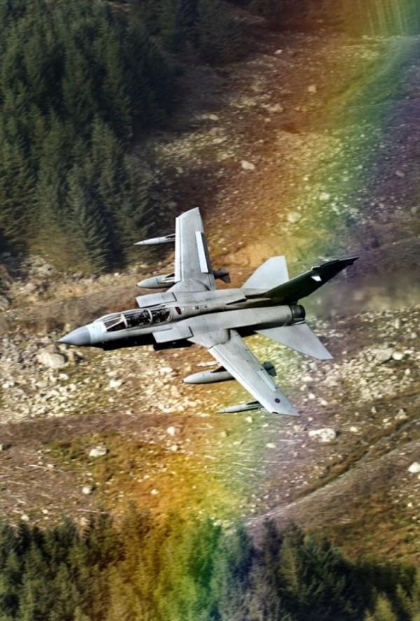 英漢苦等6小時 拍下戰機彩虹重疊瞬間